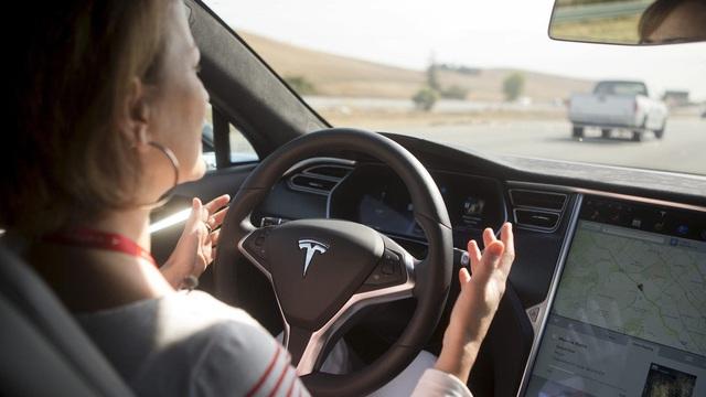 Hàng loạt video đáng sợ tố cáo người dùng xe điện Tesla thường xuyên ngủ gật sau vô lăng