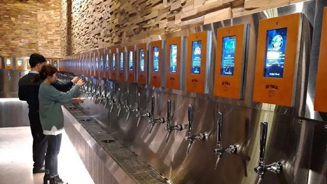 Quán nhậu tự phục vụ ở Seoul trang bị vòi bia công nghệ cao, tính tiền ngay trên cổ tay người uống