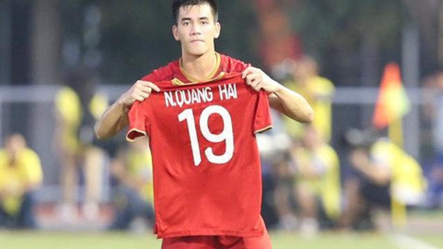 """Hình ảnh cảm động: Tiến Linh giơ cao chiếc áo số 19 của Quang Hải sau khi """"bắn hạ"""" Thái Lan"""