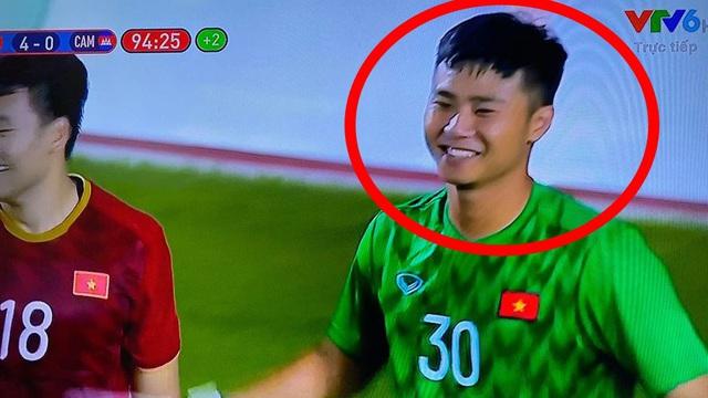 """Hình ảnh Văn Toản cản phá penalty thành công được chia sẻ """"chóng mặt"""", nụ cười của anh là điểm nhấn đặc biệt"""