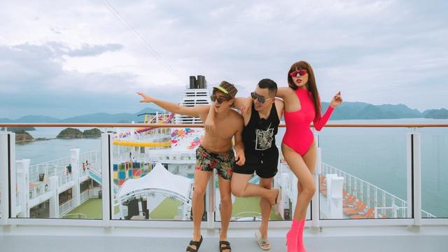 Siêu mẫu Khả Trang khoe vẻ nóng bỏng khi đi du lịch sang chảnh với Vũ Khắc Tiệp