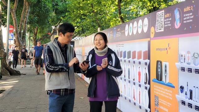 Người dân Thủ đô hào hứng mua sắm tại bức tường QR khổng lồ trên phố đi bộ