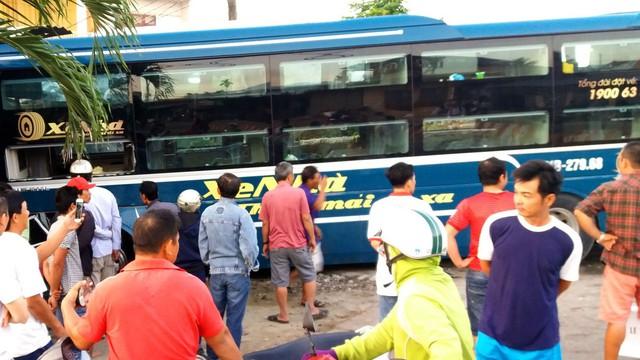 Xe khách lao vào nhà dân bên đường, hàng chục người thoát chết ngày cận Tết