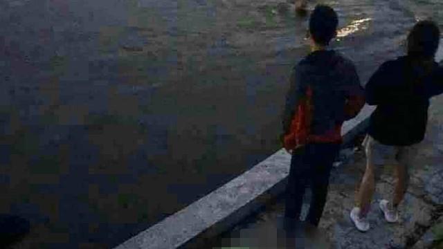 Đôi nam nữ nhảy xuống hồ cạnh nghĩa trang Mai Dịch lúc đêm khuya, một người tử vong
