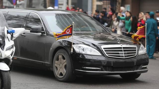 [Ảnh, Video] Xe chống đạn của ông Kim Jong Un lăn bánh trên đường phố Hà Nội