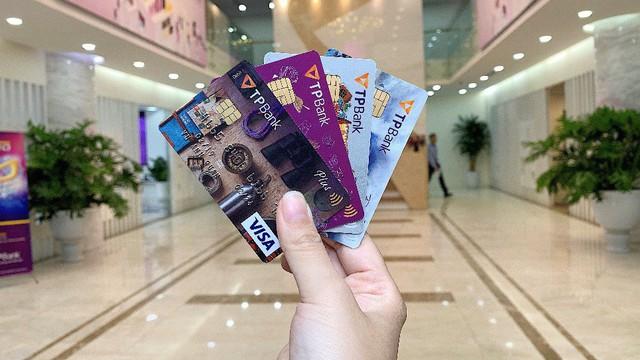 Thu nhập chưa ổn định, sinh viên có nên dùng thẻ tín dụng?