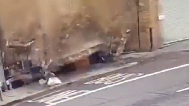 Video: Hú hồn sập mái nhà khi vừa đi qua, thoát chết trong gang tấc