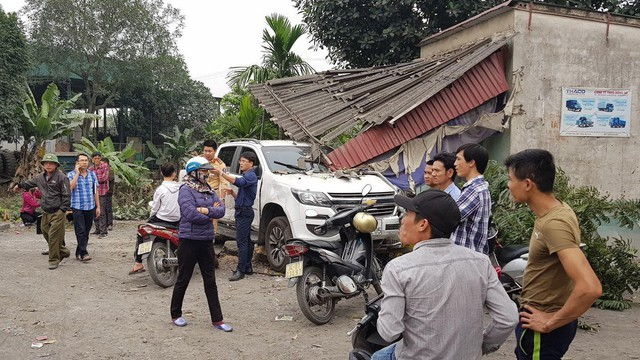 """Xe bán tải """"điên"""" tông hàng loạt phương tiện và chỉ dừng lại khi lao vào nhà dân"""