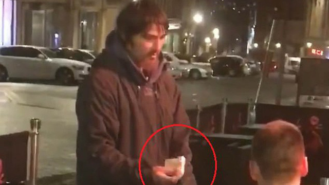 Người vô gia cư đến xin tiền, thanh niên đưa thẻ ngân hàng, mã pin và điều bất ngờ sau đó