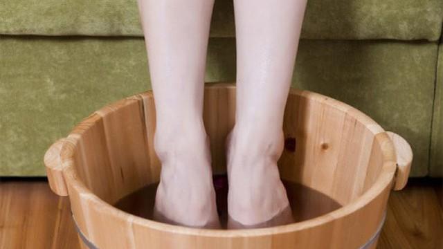 [Bài thuốc quý] 4 kiểu ngâm chân trị liệu với thảo dược sẵn có trong bếp tốt hơn thuốc