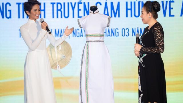 Trang phục của H'Hen Niê được trưng bày ở bảo tàng