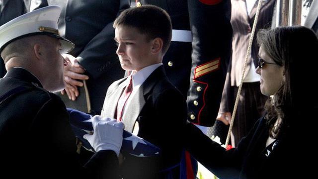 12 năm sau bức ảnh 'Nỗi đau mất bố', cậu bé mạnh mẽ nuốt nước mắt ngày nào giờ ra sao?