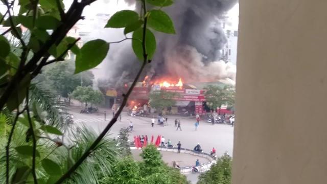 Hà Nội: Cảnh sát hút nước hồ Tây dập tắt đám cháy ở cửa hàng thịt chó