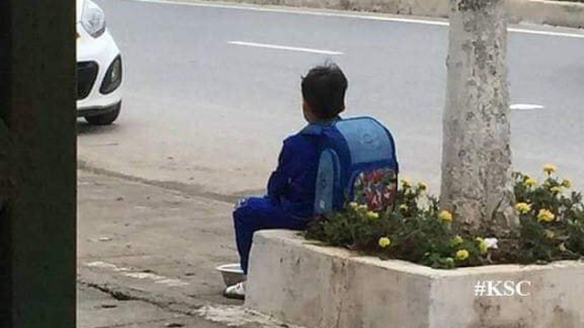 """Bé trai ngồi bên đường, bán cà chua """"không có tâm"""" và lí do phía sau khiến dân mạng bật cười"""