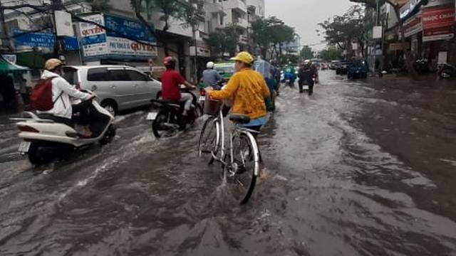 Mưa lớn diện rộng ở Sài Gòn, nhiều phố phường ngập úng và kẹt xe