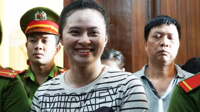 Ngọc Miu và Văn Kính Dương cười tươi khi nghe tòa tuyên trả hồ sơ, yêu cầu 'tháo 8 nút thắt'