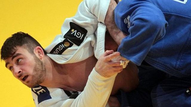 Làm rơi điện thoại trên sàn đấu, võ sĩ Judo bị loại ngay lập tức