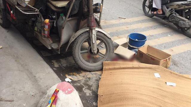 Người đi xe máy bị xe 3 bánh đè trúng tử vong ở Hà Nội