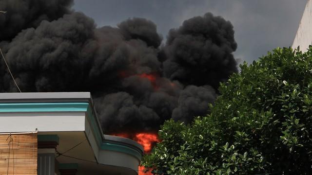 Cháy nhà xưởng ở Bình Dương, khói bốc cao kèm tiếng nổ lớn