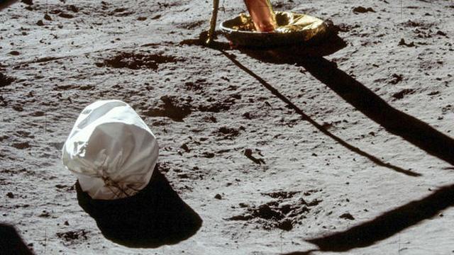 Ngoài dấu chân của phi hành gia Neil Armstrong, Mặt Trăng còn có gần 200 tấn rác và 96 túi chất thải con người
