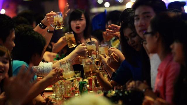 Các nước phát triển dùng rượu bia giải tỏa căng thẳng, nhưng vẫn hạn chế ngặt nghèo ra sao?