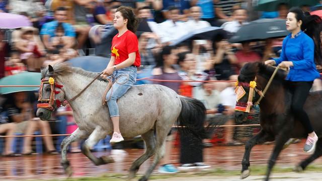 Thiếu nữ xinh đẹp cưỡi ngựa đua tài ở cao nguyên Bắc Hà