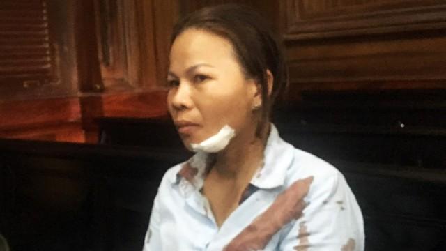 Vợ bị cáo bị người thân nạn nhân đánh chảy máu đầu giữa phiên xử