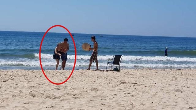 Sáng thứ Hai, hình ảnh 3 người trên bãi biển Mỹ Khê khiến dân mạng xúc động