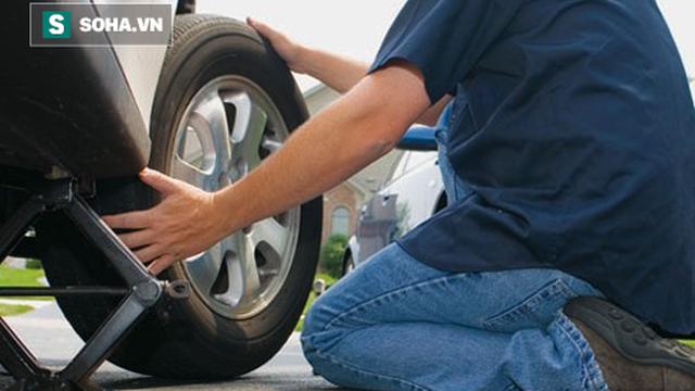 Sửa xe giúp người lạ, vài phút sau ân nhân gặp chuyện và sự hoán đổi kỳ diệu