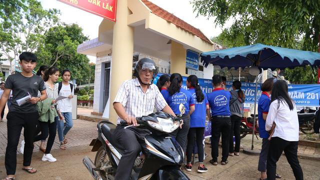 Đắk Lắk: Nguyên Phó chủ tịch mặt trận xã đi thi tốt nghiệp THPT quốc gia năm 2019