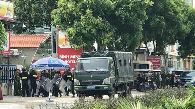 Nhóm côn đồ đến đập phá nhà hàng, vây xe cứu thương không cho cấp cứu nạn nhân