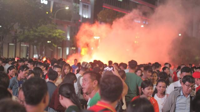 Tuyển Việt Nam thua sát nút, cổ động viên nuối tiếc, đốt pháo sáng tại phố đi bộ Nguyễn Huệ
