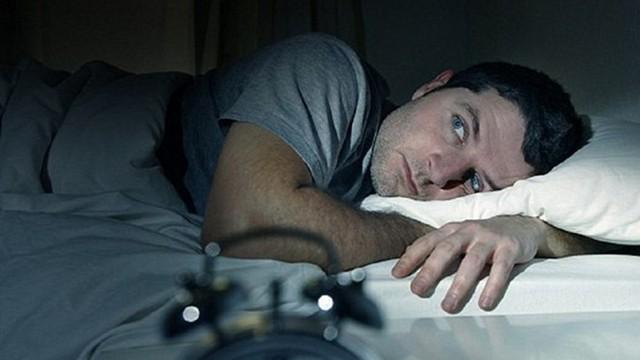 Tỉnh giấc lúc 3-4 giờ sáng rồi không thể ngủ tiếp: Bạn có thể đã mắc một trong 5 bệnh này