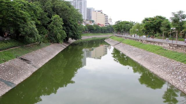 Cận cảnh nước sông Tô Lịch sau 2 ngày hồ Tây mở cửa xả nước