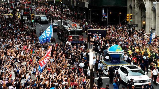 Hàng chục nghìn CĐV đổ ra đường xem tuyển Mỹ diễu hành mừng vô địch World Cup nữ 2019