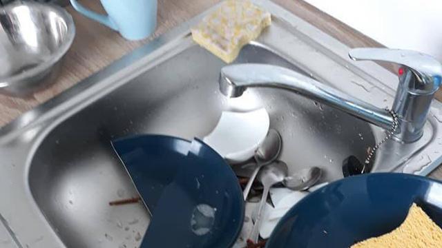 Than vãn vì vợ đập hết bát đĩa sau 1 lần quên rửa, chồng trẻ bị dân tình mắng té tát khi phát hiện sự thật