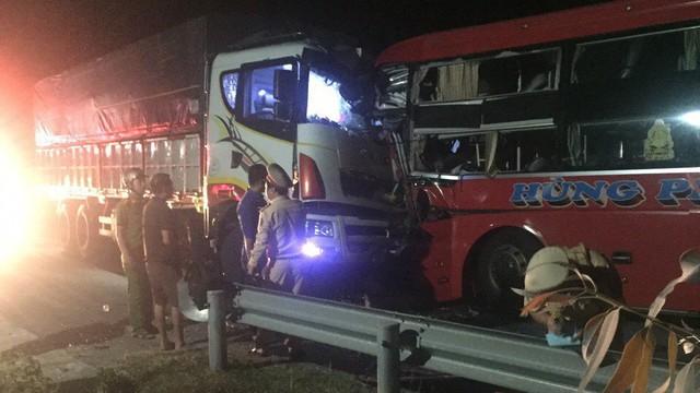 Vượt ẩu trong đêm, xe khách đâm xe tải khiến tài xế tử vong
