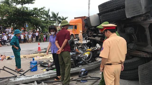 Tạm giữ tài xế xe tải lật nghiêng đè 5 người chết ở Hải Dương