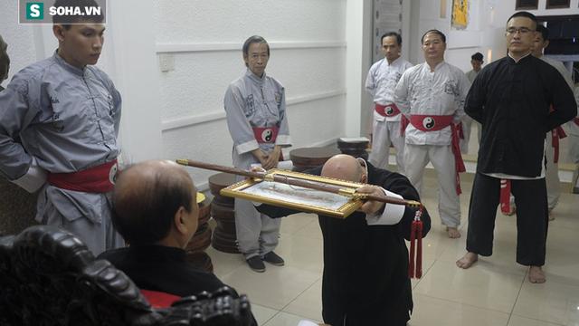 """Flores được trao ấn kiếm từ đại sư Nam Anh ở nghi lễ """"hạ sơn"""" như trong phim kiếm hiệp"""