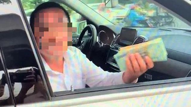 """Người """"giơ bọc tiền cố thủ trong xe Mercedes"""" là nhân viên thu ngân"""
