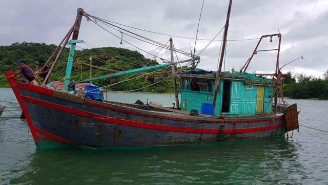 Cứu hộ thành công tàu cá mắc cạn trước khi bão số 2 đổ bộ