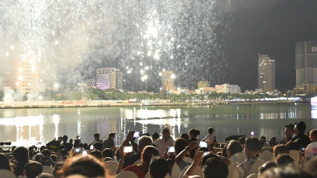 Khán giả thỏa sức trải nghiệm 4G Viettel tại lễ hội pháo hoa Đà Nẵng