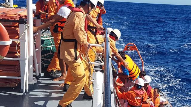 Tàu Kiểm ngư Việt Nam cứu nạn ngư dân ở vùng biển Hoàng Sa