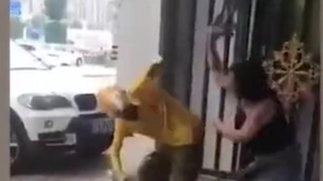 Nam thanh niên giao hàng bị nữ khách đánh tới tấp vì tới muộn vài phút