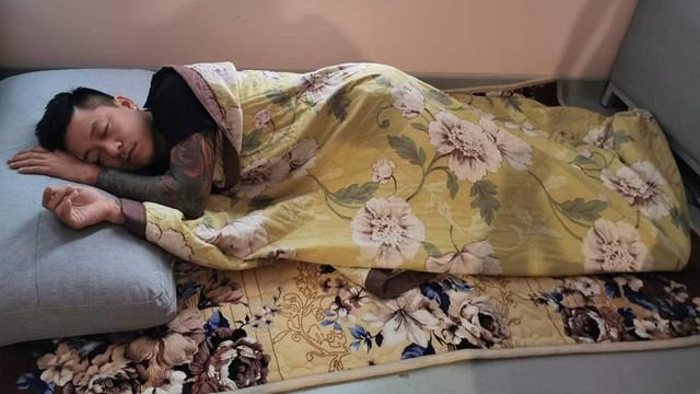 Tuấn Hưng nằm ngủ trên sàn nhà khi chăm vợ sinh lần 3