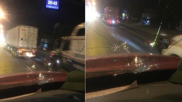 Clip: Khoảnh khắc xe container bị đá rơi vỡ kính khi đang lưu thông trên QL5