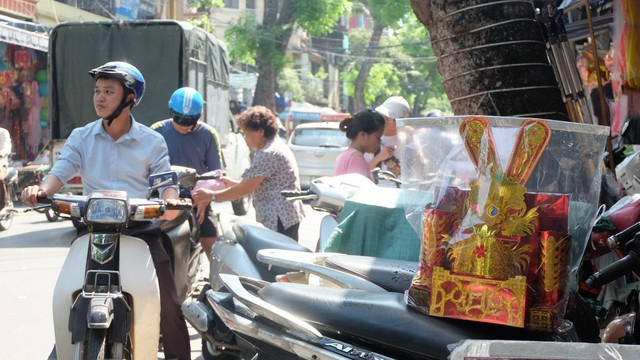 Người dân đội nắng sắm lễ cúng rằm tháng 7, cốp ô tô chất đống vàng mã