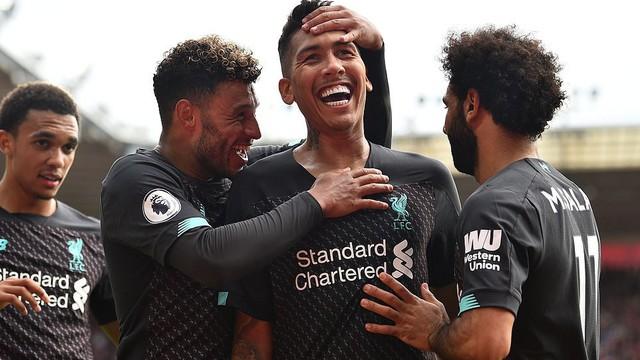 """""""Người hùng"""" phạm lỗi ngớ ngẩn, Liverpool chật vật tìm được trận thắng thứ hai"""