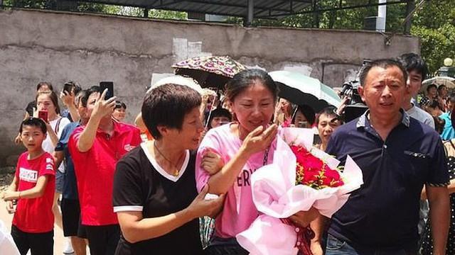 Mất tích suốt 30 năm ròng rã, cô gái khóc nghẹn trong ngày đoàn tụ với người thân