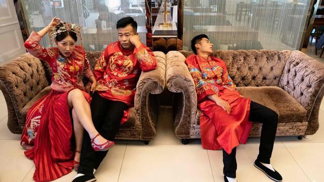 24h qua ảnh: Các cặp đôi mệt mỏi chờ chụp ảnh cưới ở Trung Quốc